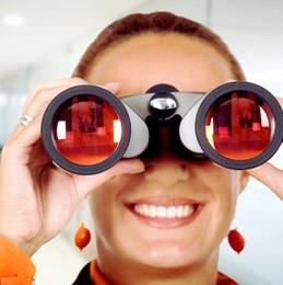binoculars_woman_3282437